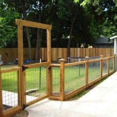 Room - Outdoor Oasis Wire fence - love this idea for the front yard. to fence off a small area off the deck for the little dogsWire fence - love this idea for the front yard. to fence off a small area off the deck for the little dogs Wire And Wood Fence, Welded Wire Fence, Wood Fences, Hog Wire Fence, Brick Fence, Concrete Fence, Bamboo Fence, Horse Fence, Chicken Wire Fence