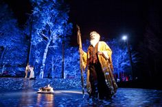 Staged in an outdoor theatre in a Huron-Wendat village, the play spills out over the thrust stage and flows deep into the woods Theatre Design, Stage Design, My Design, Huron Wendat, Scenography Theatre, Jewel Of The Seas, Outdoor Theater, Shakespeare Plays, Theatre Stage