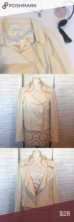 Banana republic blazer N.016 Beautiful cream blazer! It is in excellent condition,no notable flaws. Faux pockets and snap buttons for closure. Great for spring! Shell 78% cotton 20% rayon 2% polyurethane and the lining is 100% acetate Banana Republic Jackets & Coats Blazers