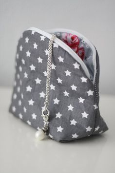 interesting, might make one for a makeup bag - I think I'd like it to completely zip open/flat. Sewing Crafts, Sewing Projects, Diy Couture, Handmade Purses, Fabric Bags, Sewing Accessories, Little Bag, Bag Organization, Zipper Bags