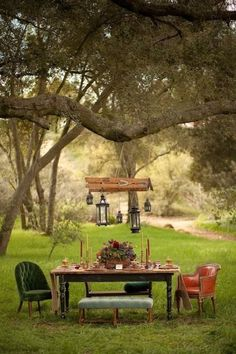 Do you want having a garden like no one else in your neighborhood? - - Do you want having a garden like no one else in your neighborhood? What about a garden with a Bohemian style ? Look at those ideas, a bohemian garden seems Outdoor Dining, Outdoor Tables, Outdoor Spaces, Indoor Outdoor, Outdoor Decor, Picnic Tables, Rustic Outdoor, Outdoor Pots, Patio Dining
