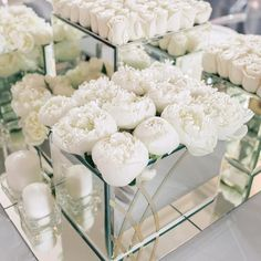 Not only does this modern low #centrepiece design filled with feathery peonies and roses guarantee a lush #tablescape, it also ensures unobstructed sight lines! Repost: @mezhdu_nami_ #ModernWeddingIdeas