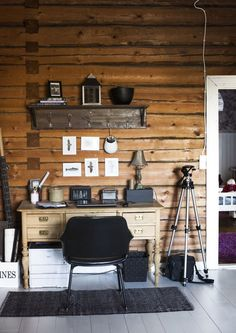 The log wall creates a warm atmosphere We have a home Knotty Pine Decor, Small Wooden House, Log Wall, Living Etc, Living Room, Cottage Plan, Cottage Interiors, Scandinavian Interior, Little Houses