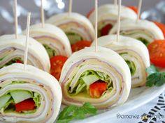 Mini tortille – przekąska na imprezę Party Snacks, Caprese Salad, Finger Foods, Sushi, Menu, Tasty, Cooking, Ethnic Recipes, Drinks