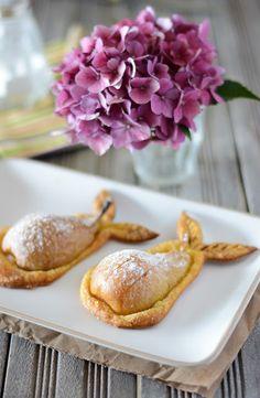 Petites tartes aux poires et spéculoos... trop mignonnes! Mini Desserts, Plated Desserts, Tart Recipes, Dessert Recipes, Yummy Treats, Yummy Food, Savory Tart, Fall Baking, Sweet Tarts