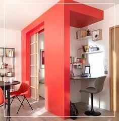 Astuce gain de place : Installez un bureau dans l'ancien placard de l'entrée et misez sur la couleur pour donner du volume à votre petit studio.