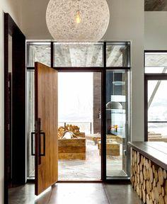 Entrée avec lustre et espace rangement pour bois de chauffage