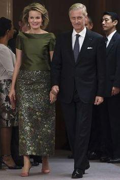 Royal Style – Tous les looks de la reine Mathilde au Japon Royal Dresses, Mob Dresses, Modest Dresses, Nice Dresses, Fashion Dresses, Long Mothers Dress, Mother Of Groom Dresses, Mothers Dresses, Chic Dress