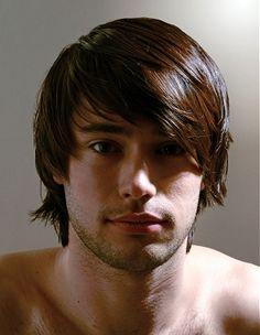 Coupe de cheveux inégale et originale pour jeune homme