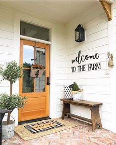 Do you need inspirations to make some DIY Small Porch Decorating in your Home? Simple approaches to create your porch inviting and warm. Only a few items is sufficient to dress up a little porch without overwhelming it. Farmhouse Front Porches, Small Front Porches, Small Patio, Small Bench, Small Porch Decorating, Decorating Ideas, Mantle Decorating, Cake Decorating, Decor Ideas