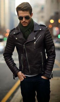 Comprar ropa de este look: https://lookastic.es/moda-hombre/looks/chaqueta-motera-de-cuero-negra-vaqueros-azul-marino-bufanda-verde/1181 — Bufanda Verde — Vaqueros Azul Marino — Chaqueta Motera de Cuero Negra