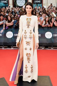 Kendall Jenner hosts the Much Music Awards with her sister, Kylie, and wears a double, super-high-slit dress on the red carpet by Fausto Puglisi. Kendall Jenner Style, Le Style Du Jenner, Double Slit Dress, High Slit Dress, Fashion Models, High Fashion, Womens Fashion, Looks Cool, Red Carpet Fashion