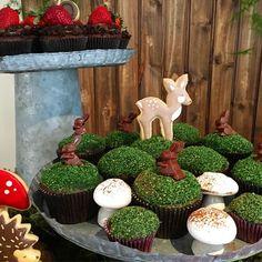 """Cupcakes de brigadeiro com """"musgo"""" comestível e os já famosos cogumelinhos de suspiro #helenafaz9 #festadaraposinha #woodlandparty #mosscupcakes #cakedecorating #encontrandoideias #festaemcasa #birthdayparty"""