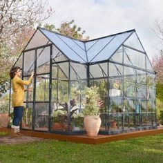 Greenhouse Farming is the process of cultivating crops and vegetable. If you have a greenhouse or are considering setting up one, then we'll share what greenhouse plants grows best inside. Greenhouse Kitchen, Outdoor Greenhouse, Cheap Greenhouse, Portable Greenhouse, Greenhouse Effect, Backyard Greenhouse, Greenhouse Wedding, Mini Greenhouse, Greenhouse Plans