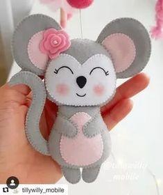 by Carolyn Hansen – SkillOfKing. Felt Ornaments Patterns, Felt Patterns, Craft Patterns, Stuffed Toys Patterns, Fabric Toys, Felt Fabric, Felt Crafts Diy, Felt Gifts, Felt Mouse