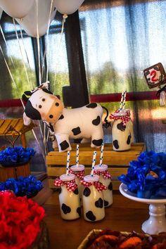 Que amor esta Festa Fazendinha!! Imagens Enchanté Decoração de Eventos. Lindas ideias e muita inspiração. Bjs, Fabíola Teles.              ... Farm Animal Party, Farm Animal Birthday, Barnyard Party, Cowgirl Birthday, Cowgirl Party, Farm Birthday, Farm Party, First Birthday Parties, Birthday Party Themes