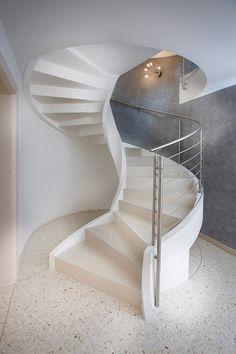 Escada em espiral. concreto e granito.