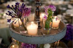 Detalle de la decoración, bandeja de 3 pisos de madera con vasitos de cristal con flor natural y velas. Wedding flower detail, 3 tier wood stand with small crystal vases with flowers and candles.