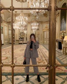 Photo shared by Nitsan Raiter on October 10, 2020 tagging @emilyinparis. Image may contain: one or more people, people standing and indoor. 90s Fashion, Paris Fashion, High Fashion, Fashion Looks, Retro Fashion, Outfit Invierno, Oui Oui, Dress To Impress, Night Out