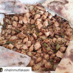 En güzel mutfak paylaşımları için kanalımıza abone olunuz. http://www.kadinika.com @nihalinmutfakaski @nihalinmutfakaski @nihalinmutfakaski  #tenceredepisir  Eğer benim gibi bel fıtığı  acısı  cekiyorsaniz oğlunuza  yattığınız  yerden tarif verip oğlum şunu böyle yap bunu böyle doğra deyip önünüze böyle güzel yemek gelirse beğenmemek  mümkünmü  canım oğlum iyiki varsın.  Bir baş soğan  Sivri biber  Tavuk Göğsü  1 çay kaşığı esmer şeker 1 çay kaşığı  sirke 1 yemek kaşığı  barbekü sos  1 yemek…