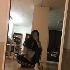 Ulzzang Korean Girl, Cute Korean Girl, Asian Girl, Girl Photo Poses, Girl Photography Poses, Girl Photos, Korean Aesthetic, Aesthetic Girl, Foto Mirror