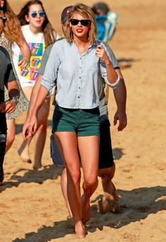 1/23 #テイラー・スウィフト #ストライプシャツ #ショートパンツ #ハワイ #マウイ  海外セレブ最新画像・私服ファッション・着用ブランドチェック DailyCelebrityDiary*