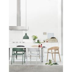 Cover stol från Muuto, formgiven av Thomas Benzen. En modern och bekväm stol med raka linj...