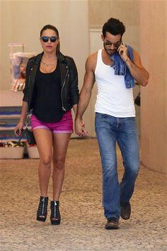 ¡Qué pareja más linda! #LolaPonce y #AaronDiaz caminado de la mano. http://on-msn.com/VgjX7w