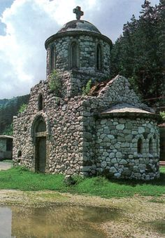 La mujer negra o una antigua capilla del templario. The Black Lady aka the Old Chapel of the Templars in Bran, Romania Church Architecture, Ancient Architecture, Rose Croix, Cathedral Church, Old Churches, Knights Templar, Place Of Worship, Kirchen, Abandoned Places