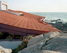 Copper thieves removed the gutter of the Boa Nova Tea House by Álvaro Siza in Leça da Palmeira, destroying part of the building's tiles in the process. Uncertain of the roof's structural stability, they stole the part that was easiest to reach.