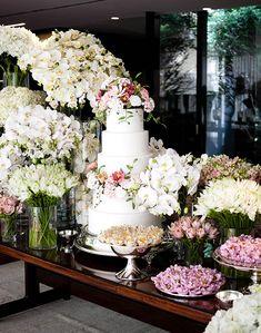 Mesa de doces de casamento com decoração contemporânea - arranjos assimétricos  ( Decoração: Luis Fronterotta | Foto: Daniela Picoral )
