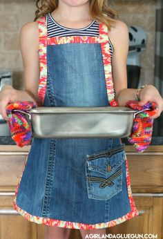 Apron made from the leg of an old pair of jeans Sewing Jeans, Sewing Aprons, Sewing Clothes, Diy Clothes, Sewing Basics, Sewing For Beginners, Sewing Hacks, Sewing Tips, Sewing Projects For Kids