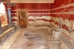 Ανάκτορο #Κνωσού (Palace of #Knossos) - #Ηράκλειο, reggia del leggendario #Minosse, re di #Creta ** La sala più importante del palazzo era la sala del trono, dove si svolgevano le cerimonie più importanti ** Nella stanza, incassato alla parete, vi è il famoso trono di alabastro, al centro vi è un bacino lustrale e le pareti sono riccamente affrescate con immagini di grifoni e da altri animali sacri ** #Grecia, #Greece #Greek #Crete #CreteIsland #Heraklion #Minotauro