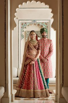 Sabyasachi Mukherjee has never failed to impress us with his stunning wedding attire collections. Look at the latest Sabyasachi lehenga designs to give a treat to your eye. Sabyasachi Lehenga Bridal, Indian Bridal Lehenga, Indian Bridal Outfits, Indian Bridal Fashion, Indian Bridal Wear, Indian Designer Outfits, Indian Dresses, Anarkali, Sabhyasachi Lehenga