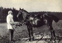 Лев Толстой с любимым конем Делиром. Ясная Поляна, 1908 год.