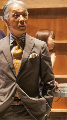 ファション、グルメ、ハワイ、ライフスタイル。時々ミニチュアシュナウザー。 Dress Suits For Men, Suit And Tie, Men Dress, Older Mens Fashion, Mens Fashion Suits, Modern Gentleman, Gentleman Style, Suit Combinations, Brown Suits