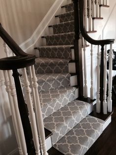 Stylish stair carpet ideas and inspiration. So you can choose the best carpet for stairs.Quality rug for stairs, stairway carpets type, etc. Painted Stairs, Wood Stairs, House Stairs, Staircase Runner, Carpet Runner On Stairs, White Staircase, Pattern Carpet On Stairs, Hallway Carpet, Backyards