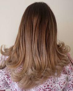 Balayage una opción increible para mantener tu raíz natural y tener reflejos claros en las puntas todo depende de.tu gusto hay tonos rojos cibres dorados beigecenizos. Lo que tu quieres lo podemos hacer #Pelukeroart   #cabellosano #hairdresser #haircolor #haircut #beauty #girl  #hair #keroestilista #keropelukero #colombia #balayage