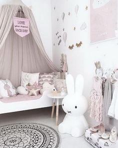 Décoration chambre de bébé féerique tons roses pastel