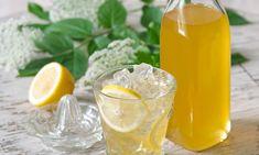 Bazový sirup so zázvorom a citrónom Recept: Chutná kombinácia voňavých bazových kvetov a aromatického zázvoru. Chutný sirup si môžete pripraviť aj Vy s Cukrom na sirup Dr. Oetker. - Jeden z mnohých, vynikajúcich receptov Dr.Oetker, starostlivo vyskúšaných v Skúšobnej kuchyni Dr.Oetker.