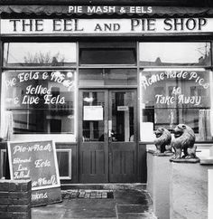 Eel and Pie Shop, Wandsworth Bridge Road, 1968 London History, British History, Asian History, Tudor History, Vintage London, Old London, Jellied Eels, Pie And Mash, Fotografia