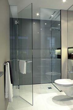 Prysznic, tylko szyba, cały z kafelek, wewnątrz w kafelkach półka na kosmetyki do mycia.