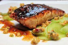 Honigglasierter Lachs mit Gurkensalat und Erdnuss-Pesto
