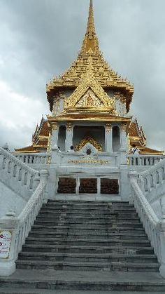 Temple of the Golden Buddha (Wat Traimit): Entrance to Temple / Statue