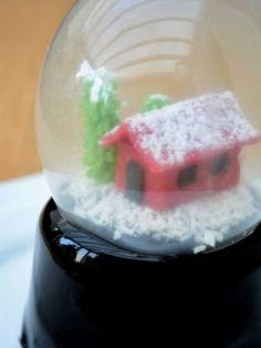 Alt du skal vide om mirror glaze: Komplet guide - fines.dk Snow Globes, Glaze, Mousse, Sweets, Candy, How To Make, Christmas Recipes, Cookies, Decorating Cakes
