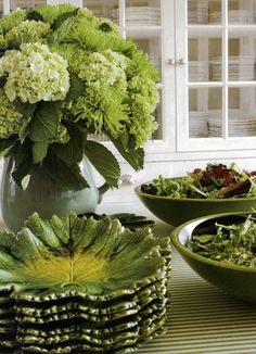Green and yellow leaf Majolica plates for salad, arrangement of green and white hydrangea in white vase Dresser La Table, Beautiful Table Settings, Decoration Table, Shades Of Green, Tablescapes, Beautiful Homes, House Beautiful, Floral Arrangements, Centerpieces
