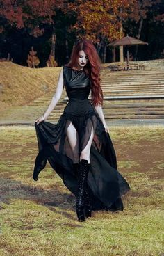 Top Gothic Fashion Tips To Keep You In Style. As trends change, and you age, be willing to alter your style so that you can always look your best. Consistently using good gothic fashion sense can help Goth Beauty, Dark Beauty, Gothic Mode, Style Steampunk, Goth Women, Outfit Trends, Gothic Outfits, Gothic Dress, Dark Fashion