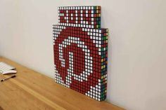 """Este logotipo creado con cubos """"Rubik"""" perfectamente girados…"""