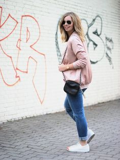 Outfit mit langer, altroséfarbener Bomberjacke von New Look, Jeans, T-Shirt, Adidas Superstar Metal Toe Sneakers - Fashion Blog romistyle