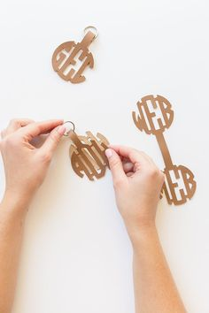 Come learn how to make keychains using your Cricut and monogram font - these DIY keychains make the perfect bridesmaids gift! Diy Leather Earrings, Leather Keychain, Leather Jewelry, Monogram Keychain, Diy Keychain, Sewing Leather, Leather Crafts, How To Make Keychains, Manualidades